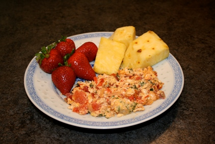 Tomato egg scramble, served with pineapple and strawberries © tuttysan, 2008